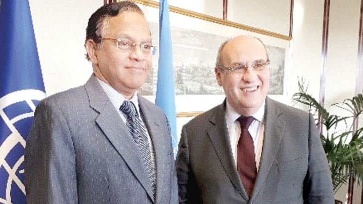Sri Lankan Ambassador A.L.A. Azeez with IOM Director-General Antonio Vitorino in Geneva.