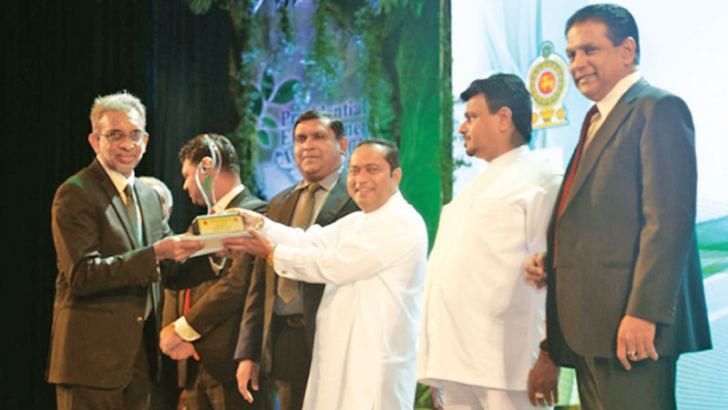 """Dr. A.M. Mubarak, Chairman of Union Chemicals Lanka PLC receiving the Bronze Award from Chief Minister of Western Province, Isura Devapriya at the """"Presidential Environmental Awards – 2018"""""""