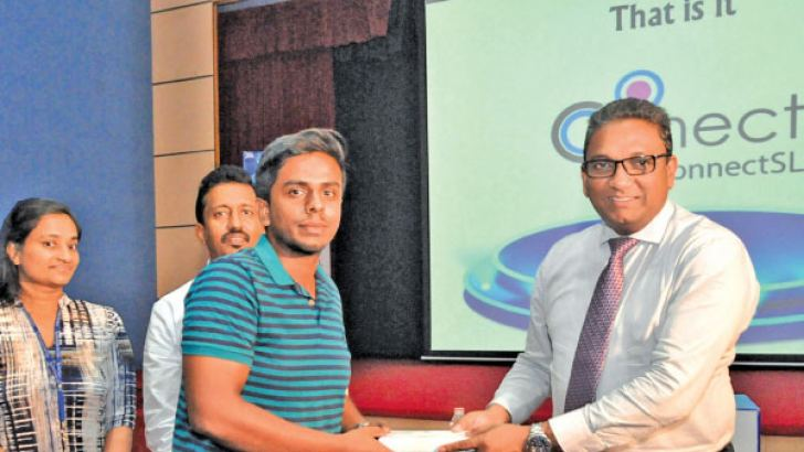 SLT CEO, Kiththi Perera handing over a gift to a participant