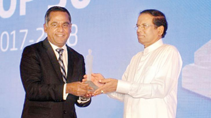 Nanda Fernando, Managing Director, Sampath Bank PLC accepting the Business Today Top 30 Award from President Maithripala Sirisena