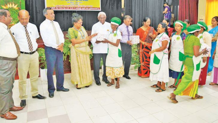 Participants of the Suwa Diviyata Hela Aahara project receive their certificates from Sabaragamuwa Governor Niuluka Ekanayake.