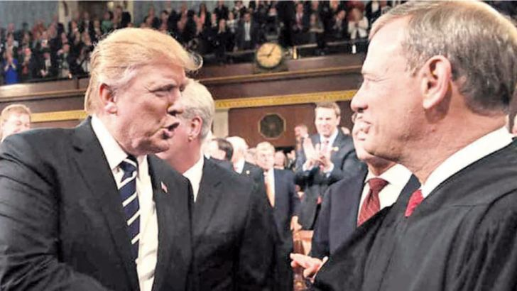 US President Donqald Trump with US Chief Justice John Roberts.