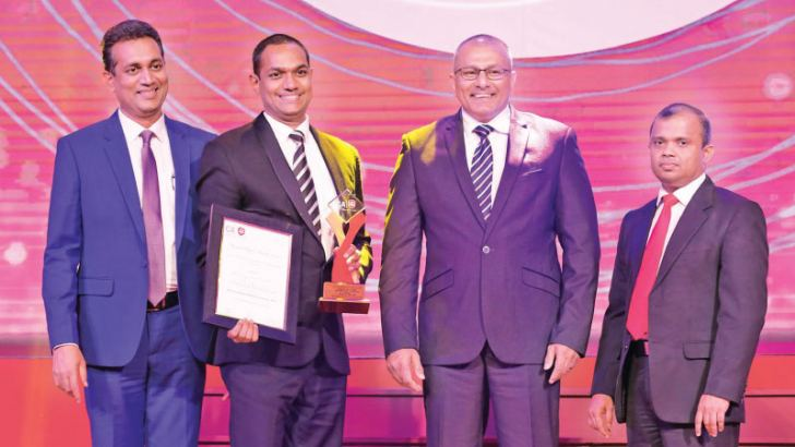 Deva Anthony, General Manager Finance of Mercantile Investments & Finance receiving the All Island Integrated Reporting Bronze award at CA Sri Lanka Annual Report Awards - 2018