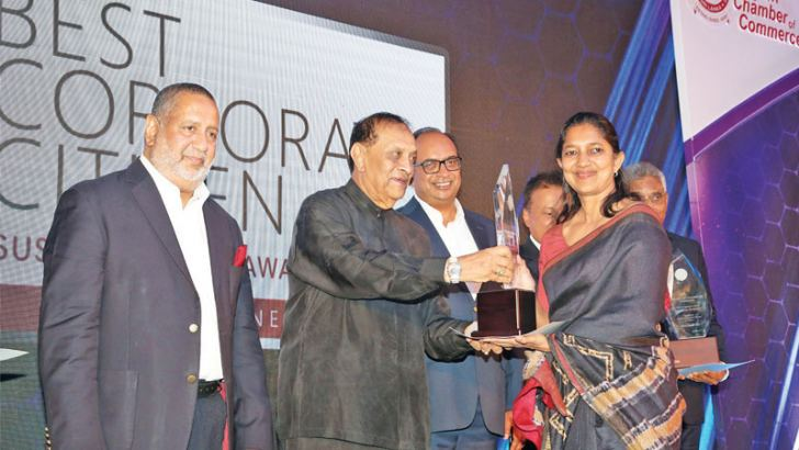 Shea Wickramasingha, Group  Managing  Director  of  CBL Group  receives the Top Ten  Best  Corporate Citizen Award from the Speaker Karu Jayasuriya.