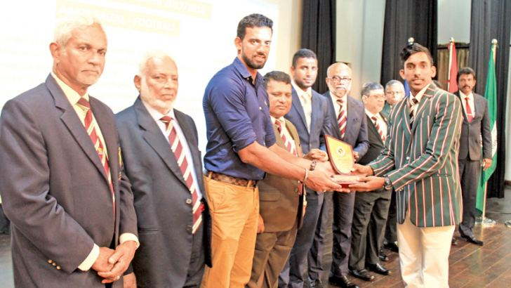 Aakib Faizal receiving Most Outstanding Sportsman of the Year award and certificate from chief guest Sachithra Senanayake. Guest of Honour Dhammika Prasad, Principal Trizviiy Marikkar, Board of Governors Chairman Fowzul Hameed, Secretary Alavi Mukthat, Prefect of Games Muhiseen Ariff, Board of Governors Sports Committee Chairman M.S.M. Faiz, Deputy Principal Ananda Ponnemperuma and OBA President M.U.M. Azmi were also present.