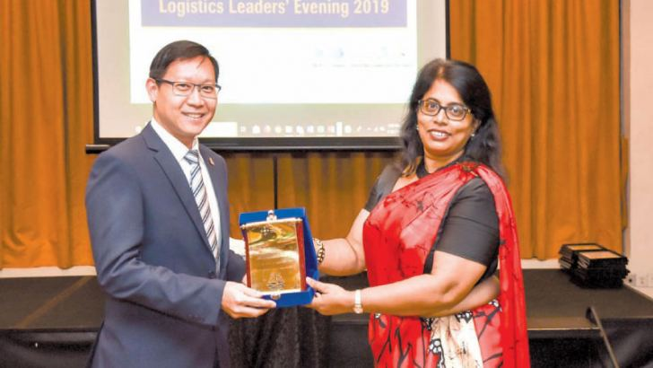 Chairperson CILT, Gayani de Alwis, handing over the token to the keynote speaker, AGM CHEC Port City, ThamKok Kuan Simon.