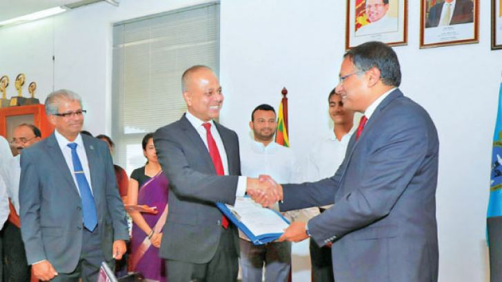 Minister of Port, Shipping and Southern Development Sagala Ratnayaka extends wishes to Kavan Ratnayaka who assumes duties as the Chairman of Sri Lanka Ports Authority (SLPA). Gampaha DistrictMember of Parliament, Kavinda Jayawardhane, Managing Director of SLPA, Capt. Athula Hewavitharana and the Additional Managing Director of SLPA, Upali D. Zoysa are also in the picture.