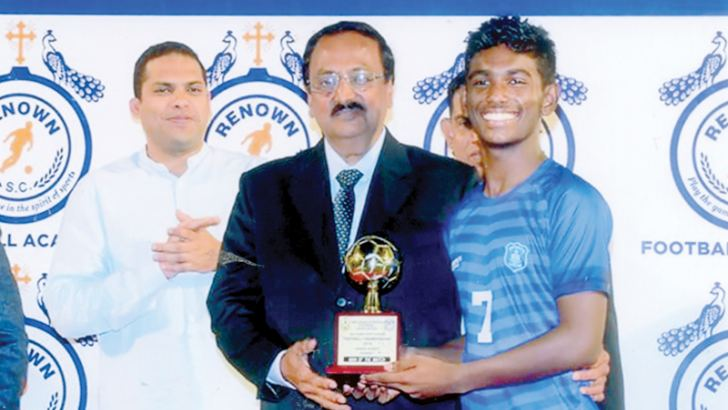 Shenal Sandesh the best player of the final receives his award