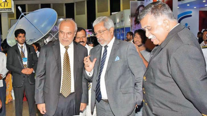 Anthony Forster, Vice Chancellor – University of Essex, James Dauris, The British High Commissioner to Sri Lanka and Upul Daranagama, Chairman – Horizon Group of Companies exchanging the MoU