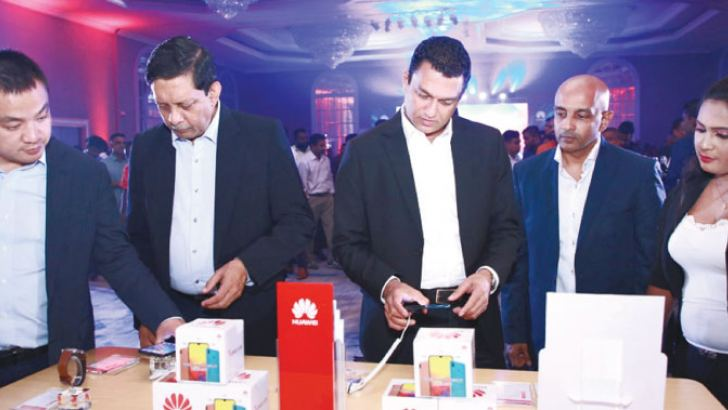 Launch of the Y series 2019 with Dewdrop display from left Singer Sri Lanka PLC Marketing Director Kumar Samarasinghe, Singer Sri Lanka Group CEO Mahesh Wijewardene, Huawei Consumer Business Group Sri Lanka Country Head Peter Liu, Singer Sri Lanka PLC Director Digital Media Jagath Perera and Huawei Consumer Business Group Sri Lanka General Manager Kalpa Perera