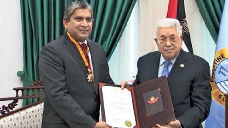Palestinian President Mahmoud Abbas handing over the award to Ambassador Fawzan Anver.