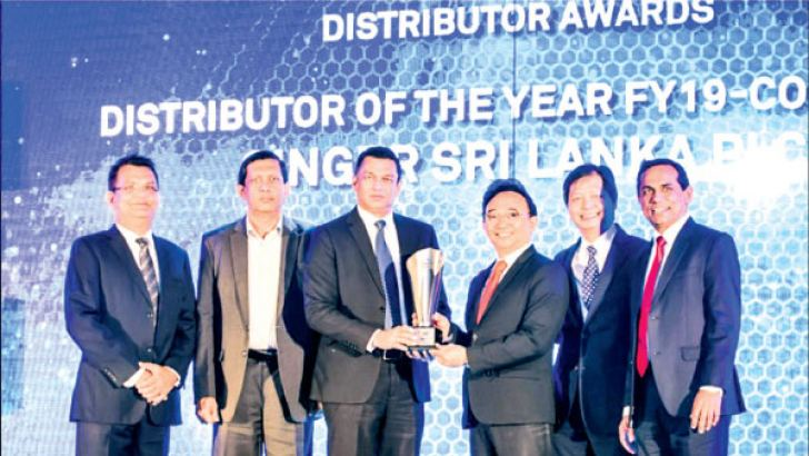 1. Singer Sri Lanka PLC Group CEO Mahesh Wijewardene receiving the Best Distributor of the Year FY19 (Consumer) award from Dell Technologies Vice President of Asia Emerging Markets and South Asia Consumer and Small Business Anothai Wettayakorn. Singer Sri Lanka PLC Marketing Director Kumar Samarasinghe and Director Operations Jagath Perera are also in picture.