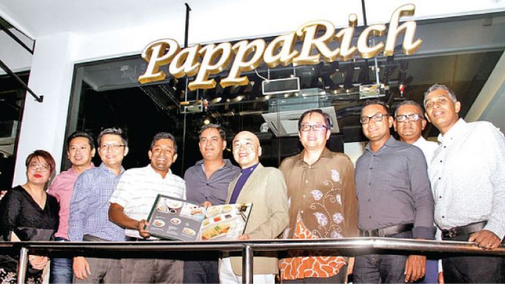 Malaysian High Commissioner Tan Yang Thai with partners of Foodholics and PappaRich Group at the launch. Pictures by Saliya Rupasinghe