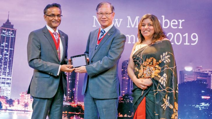 Suren Rajakarier receiving his award from Immediate Past President of ACCA Global Council Leo Lee