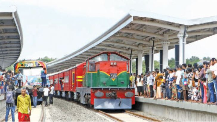 The train arriving at the Beliatta railway station. Pictures by Saman Sri Wedage