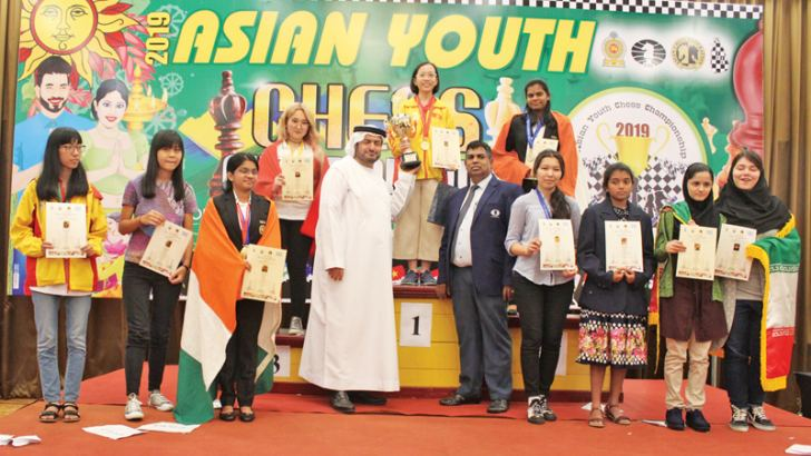 Asian Chess Federation General Secretary Hisham Al Taher handing over the under 18 Girls event classic champions trophy to the Nguyen Hong Any from Vietnam.  (Pictures by Narayanaswamy Jayaratnam)