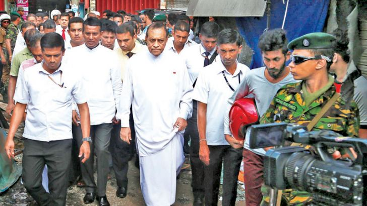 Speaker Karu Jayasuriya visited the Minuwangoda area to inspect the security situation there.  Picture by Ashraff.A.Samad