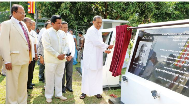 Speaker Karu Jayasuriya unveils the plaque while Public Trustee Sanath Weeratne, PC, officials of the Public Trustee's Department and the family of Sir D.B. Jayatilaka look on.