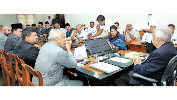 An Indian delegation lead by  Lok Sabha MP Kanimozhi Karunanidhi (daughter of late Chief Minister Karunanidhi) called on Prime Minister Ranil Wickremesinghe at Temple Trees yesterdau. Ministers Rauff Hakeem and Ali Moulana were present. Picture courtesy Prime Minister's Media Unit