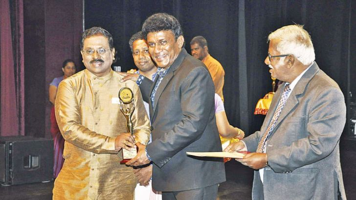 Veteran Television Broadcaster and Artiste S. Vishvanathan receiving the award from National Integration, Social Progress, Official Languages and Hindu affairs Minister Mano Ganesan.