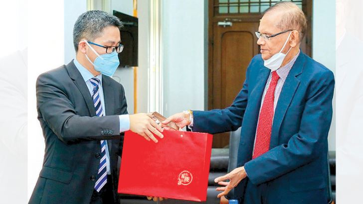Ambassador of China Hu Wei and Education Minister Prof. G. L. Pieris exchange mementos.