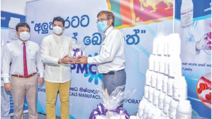 State Minister of Production, Supply and Regulation of Pharmaceuticals Prof. Channa Jayasumana handing over the first set of drugs to Professor of Medicine, Faculty of Medicine, University of Colombo Dr. Saroj Jayasinghe.