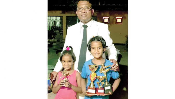 Gauravee Rajapaksha posed for a photograph with her Principal Anil Pushpakumara of Dhammissara National School Nattandiya just after the Prize Giving. Gauravee is standing extreme right and on extreme left is Kavee Anya Rajapaksha and the Principal M A Pushpakumara is in the centre. (Picture by Dilwin Mendis – Moratuwa Sports Special Correspondent)