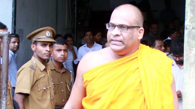 Ven. Galagoda Atte Gnanasara Thera arriving at the Homagama Magistrate Court