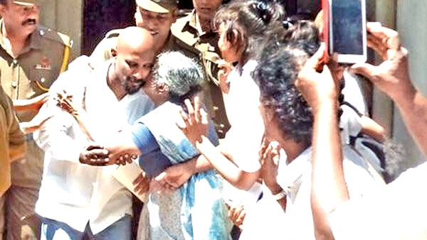Kumar Gunaratnam speaking to his mother before he was brought back to the Prison vehicle after the sentence. (Picture by Bulathkohupitiya Group Corr.)