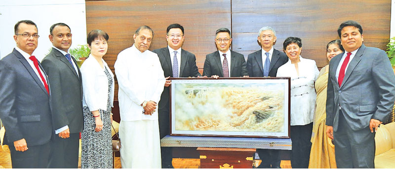 Speaker Karu Jayasuriya and Chinese Embassy Charge d'Affaires Pang Chunxue with the family members of the late Commerce Minister R.G. Senanayake and late Chinese Commerce Minister Lei Renmin
