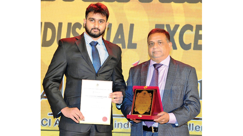 MD Uditha Wanigasinghe and Manager Business Development Senitha Wanigasinghe with the award.