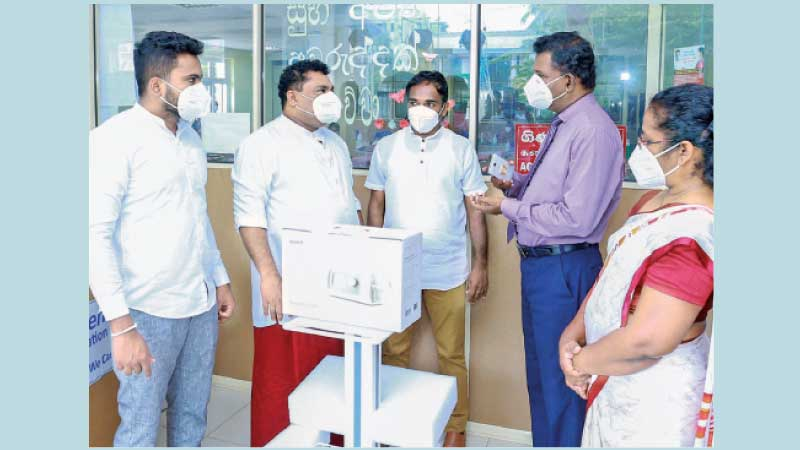 State Minister Piyal Nishantha Se Silva and Hospital Officials during the donation.