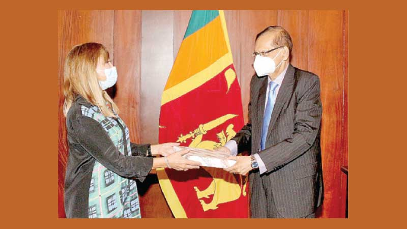 Foreign Minister G.L.Peiris exchanging mementoes with United Nations Resident Coordinator (UNRC) Hanaa Singer–Hamdy, who paid a courtesy call on the Minister at the Foreign Ministry in Colombo on yesterday.