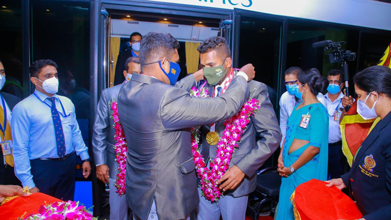 Samitha Dulan and Dinesh Herath being garlanded on arrival
