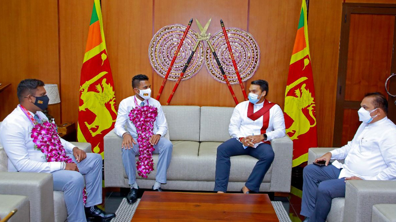 Sports Minister Namal Rajapaksa in conversation with Dinesh Herath and Samitha Dulan in the presence of State Minister Thenuka Vidanagamage