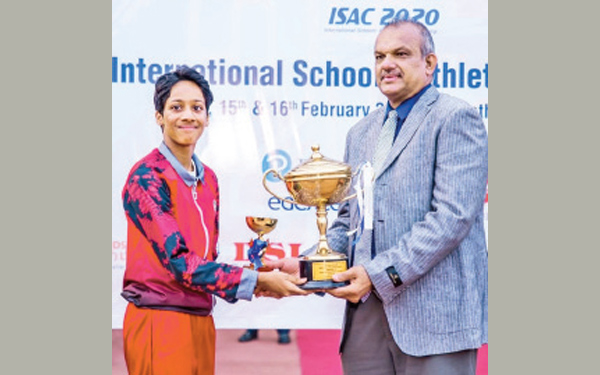 Seneca Gunaratne receiving Best Athlete trophy from the Chief Guest.  (Pictures. By Upananda Jayasundera-Kandy Sports spl.Corrs