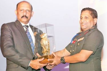 Defence Secretary Maj. Gen. (Rtd) Kamal Gunaratne is presented a memento at the Defence Services Command and Staff College.