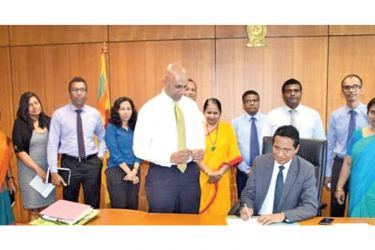 Viraj Dayaratne PC, the new Chairman of the SEC along with the Director General  Vajira Wijegunawardane, Directors, Assistant Directors and Divisional Heads of the SEC