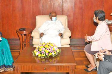 Foreign Minister Dinesh Gunawardena in discussion with Ambassador of Thailand in Sri Lanka Chulamanee Chartsuwan.