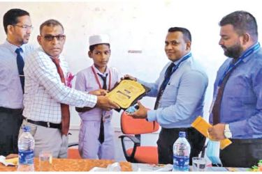 Commercial Bank of Ceylon Eastern Province Regional Manager Asanga Wijesinghe being honoured with a memento by Principal A L Jeinudeen