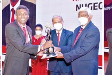 Ceylinco Life Chairman R. Renganathan and Managing Director and CEO Thushara Ranasinghe present the awards to the top winners at the Company's Annual Awards ceremony