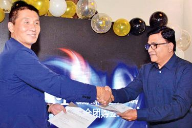 Colombo Law Society President Attorney Vijaya Gamage and Sandal Colombo Private (Ltd) President Fu Zhong Yue exchange the MoU.