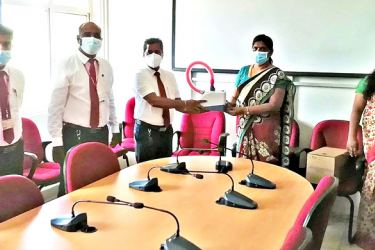 Ceylinco Life's Manager Business Development, K. Sumanthiran, Assistant Regional Sales Manager, S. Venukaran and Senior Business Promotion Manager, N. Pushpaharan present the equipment to the Director of the Hospital Dr. K. Ganeshlingam and Deputy Director, Dr M. Barthelot at the donation of the High Flow Nasal Cannula device to the Batticaloa Teaching Hospital.