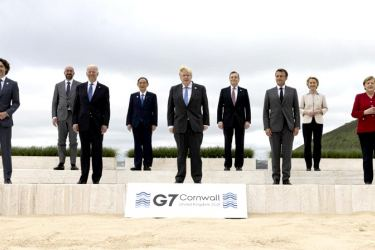 G7 and EU leaders pose for a picture