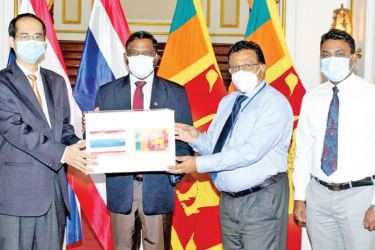 Chargè d'affaires of the Royal Thai Embassy in Colombo Tayatat Kanjanapipatkul making the donation of medical equipment to Foreign Secretary Admiral (Prof.) Jayanath Colombage at the Foreign Ministry yesterday.