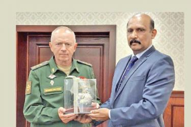 Defence Secretary General (Rtd.) Kamal Gunaratne exchanging mementos with Defence Deputy Minister of the Russian Federation Colonel General Alexander Fomin.