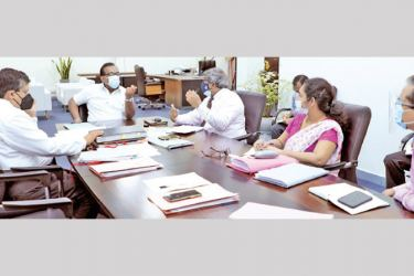 Agriculture Minister Mahindananda Aluthgamage discussing the issue at the meeting. Janatha Estate Development Board Chairman Buwanaka D. Abeysuriya was present.