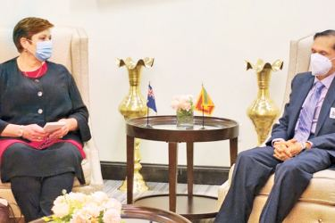 Foreign Minister Prof. G.L. Peiris in discussion with his Australian counterpart Marise Payne in New York. Picture by Foreign Ministry.