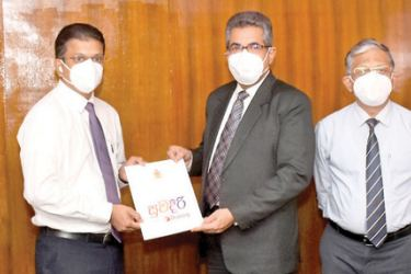 Supun Weerasinghe, Group Chief Executive, Dialog Axiata exchanges the MOU with Dr. S. H. Munasinghe, Secretary, Ministry of Health. Harsha Samaranayake, Senior General Manager - Brand and Media, Dialog Axiata, Supun Weerasinghe, Group Chief Executive, Dialog Axiata PLC, Dr. S.H. Munasinghe, Secretary, Ministry of Health, Dr. Asela Gunawardena, Director General of Health Services, and Dr. Anver Hamdani, Director MTS, Coordinating In Charge/Covid-19