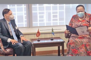Foreign Minister Prof. G.L. Peiris in discussion with South African Minister for International Relations and Cooperation Dr. Naledi Pandor.